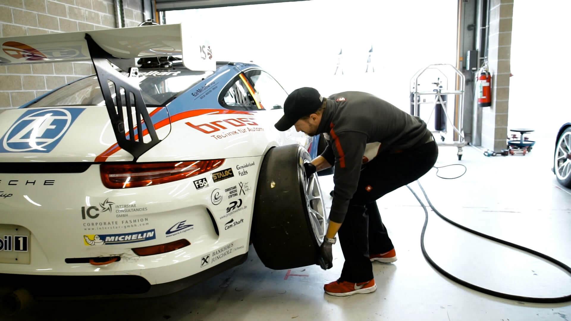 Zu den Vorbereitungen des 360° Virtual Reality Films der Hahn Gruppe gehört auch das Reifenwechseln des Porsche 911 GT3.