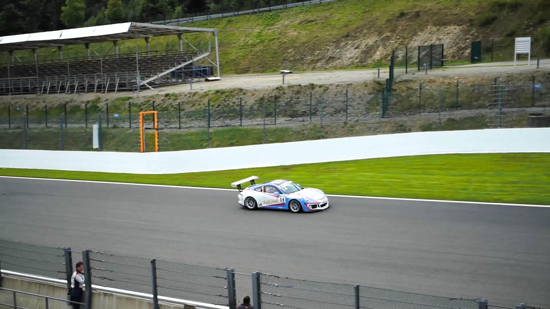Der Porsche 911 GT3 auf der Rennstrecke während den Produktionsarbeiten des 360° Virtual Reality Films.