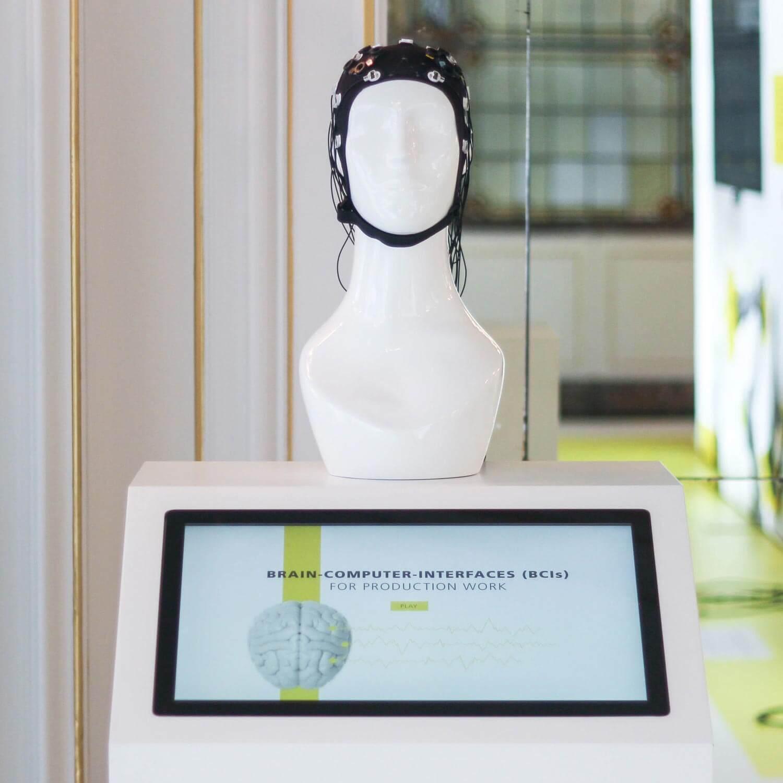 """Die POLYCHROM Medienproduktion unterstützte bei der Darstellung des Brain-Computer-Interfaces auf der Ausstellung """"Zukunftsarbeit"""" des Fraunhofer Instituts."""